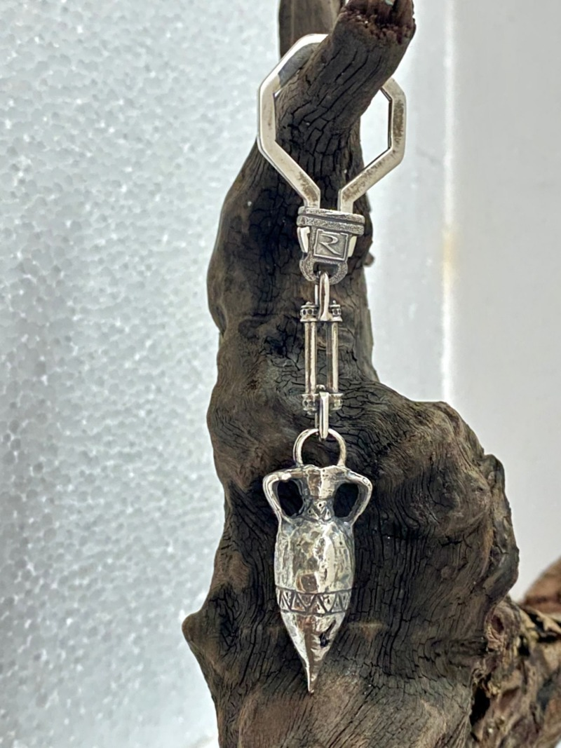 romeo-keyring-with-silver-greek-amphora